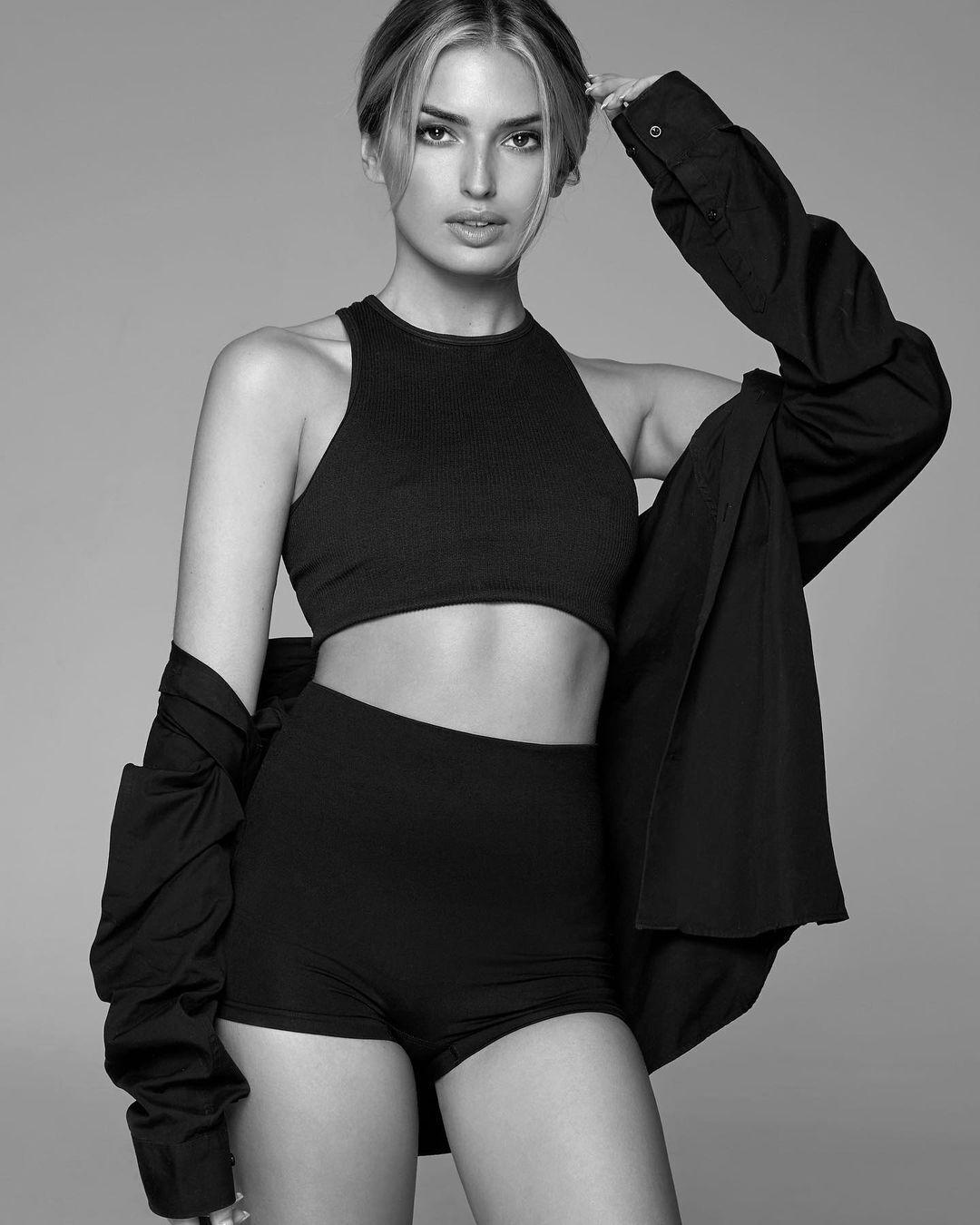 Саша Эттвуд в черно-белом
