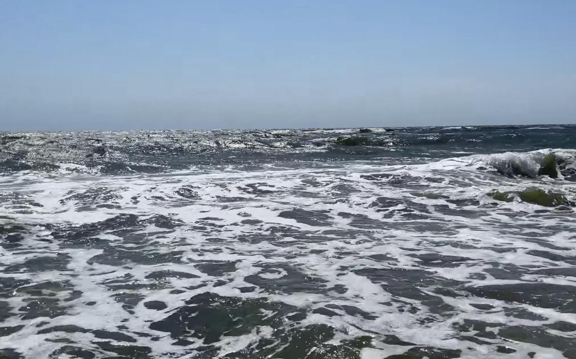 Вода в море очень мутная.
