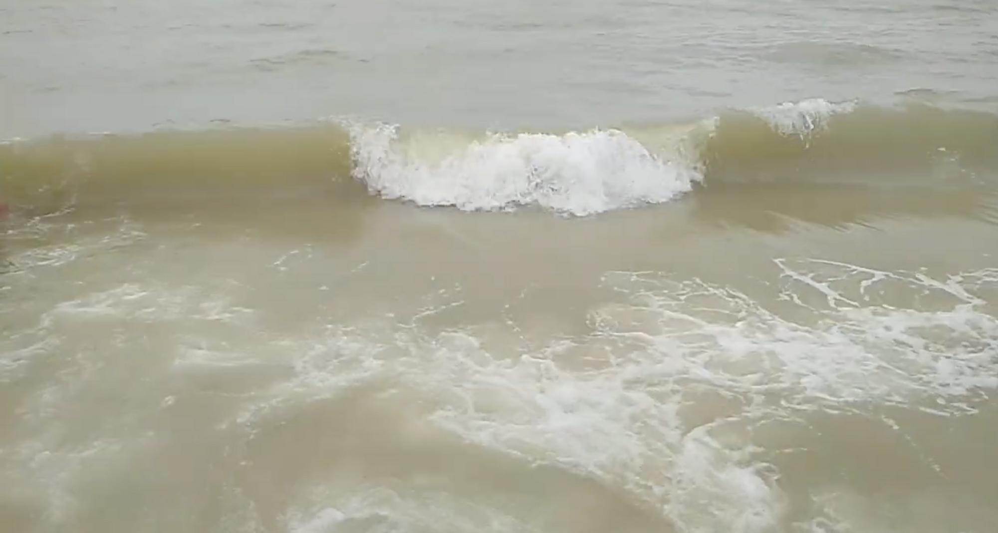 В Кирилловке шторм и мутная вода в море.