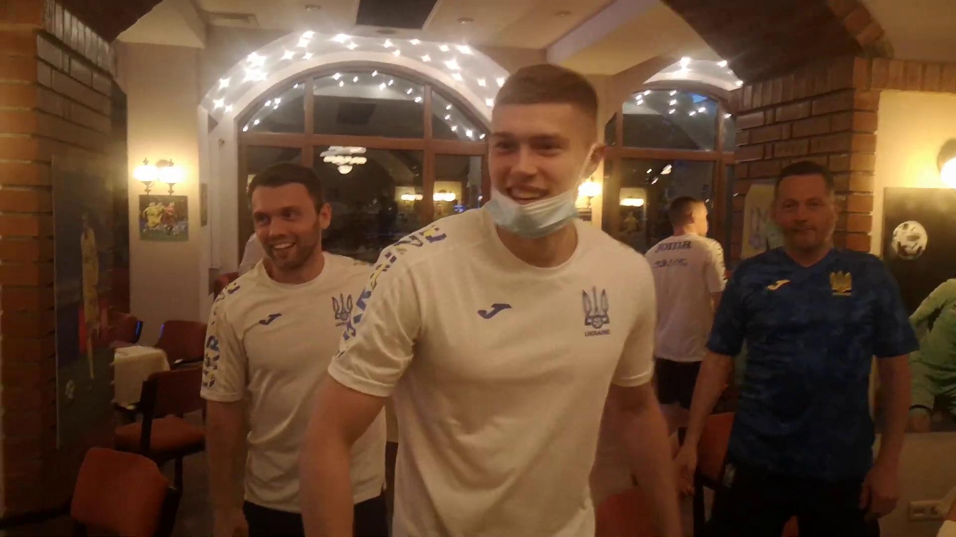 Задоволені футболісти збірної України