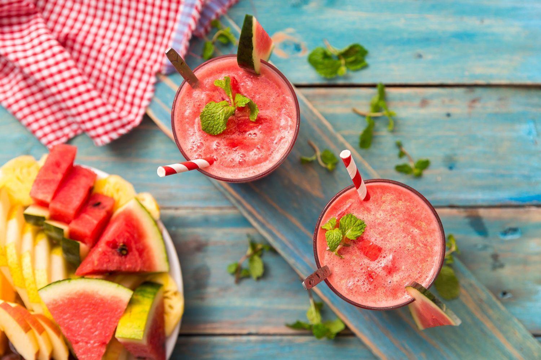 Лучший напиток летом – ароматизированная вода с фруктами, ягодами и травами