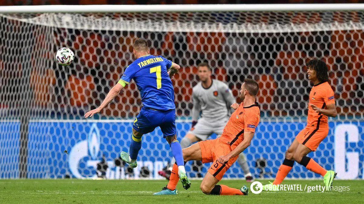 Андрей Ярмоленко забивает в ворота Нидерландов.