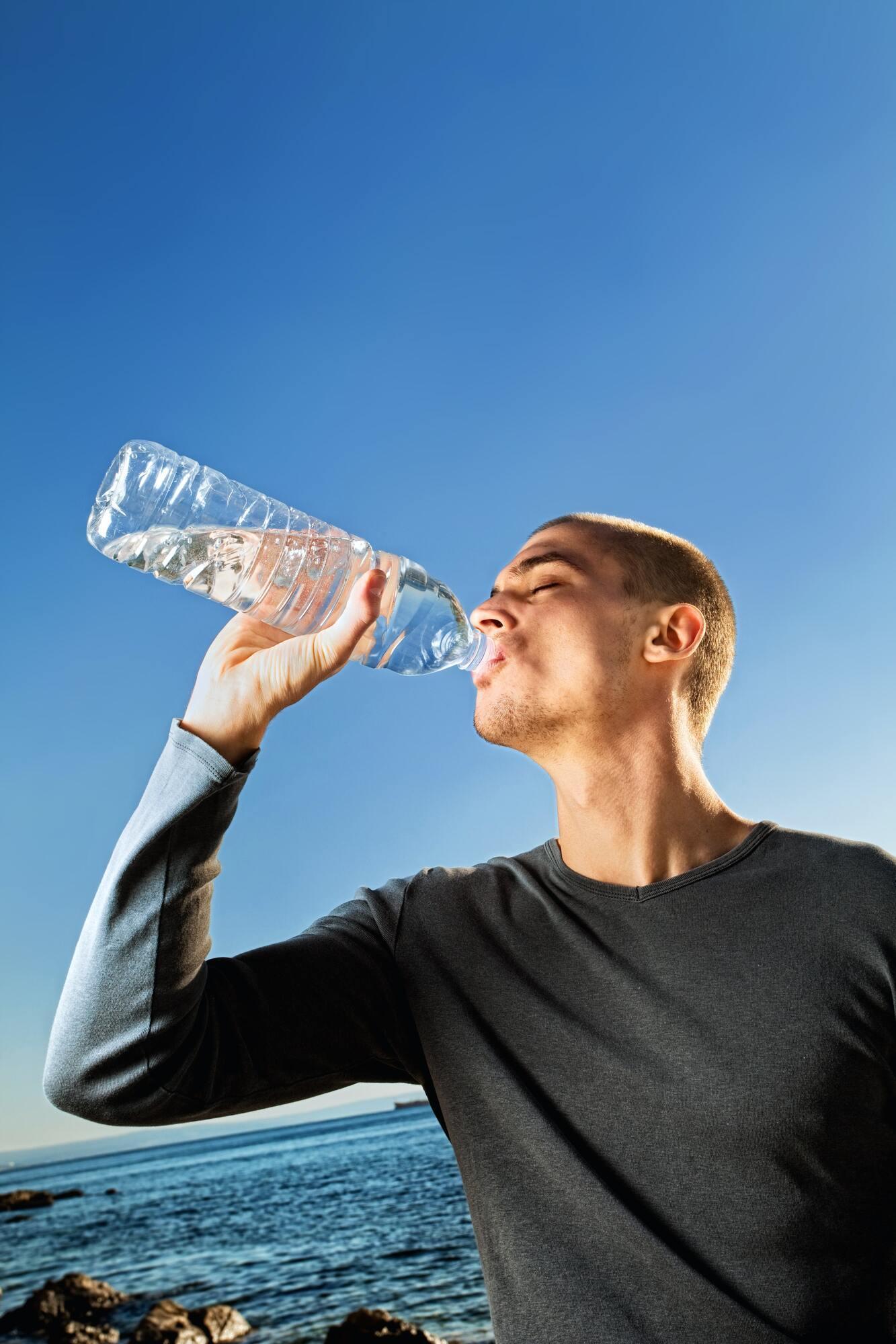 В жаркую погоду следует пить как можно больше чистой воды