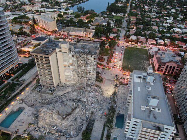 Зруйнована частина будівлі