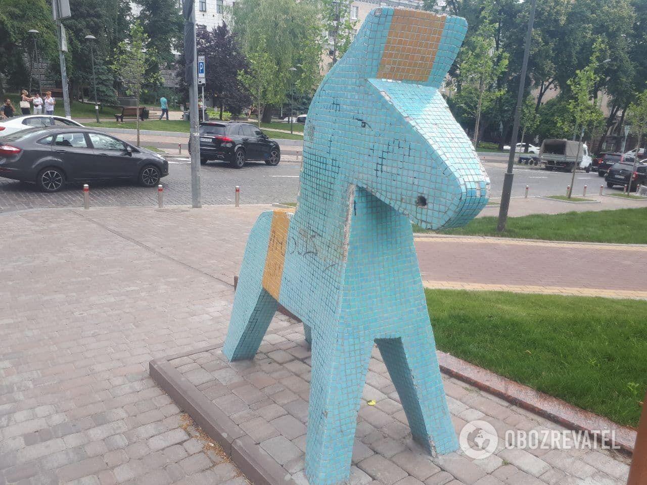 Пам'ятник шведським уболівальникам у центрі Києва