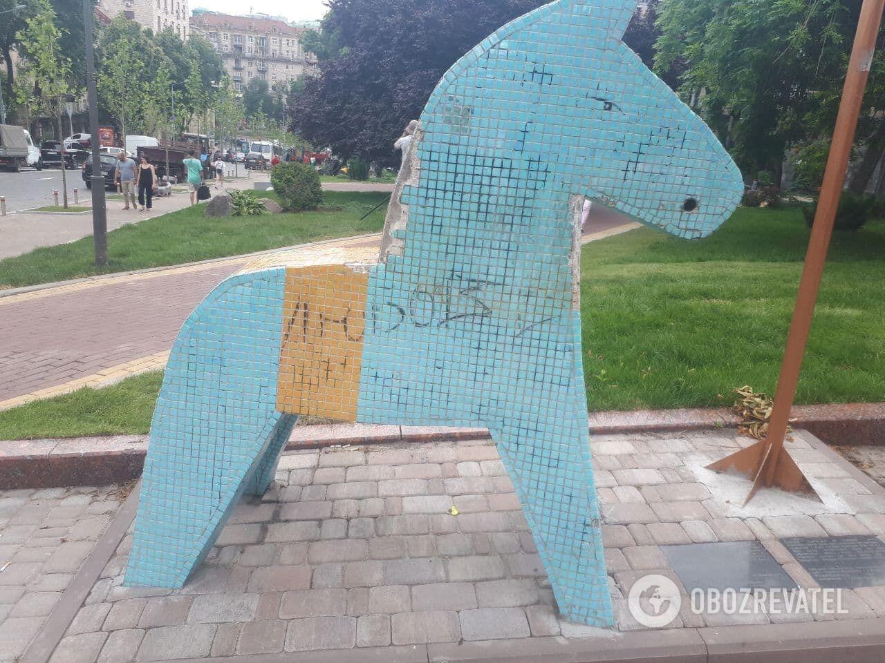 Пам'ятник шведським уболівальникам потребує ремонту