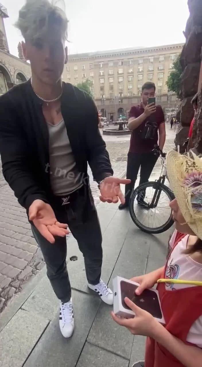 Кадр из видео с блогером и девочкой