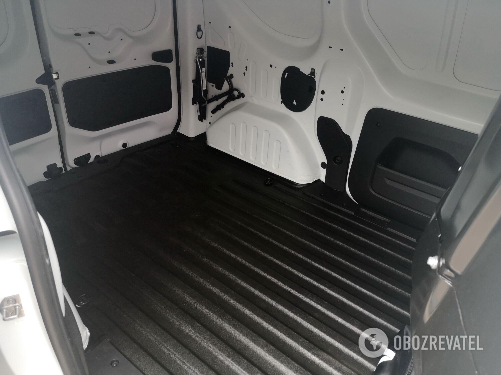 Объем багажного отделения – 3,3-3,7 м3, а максимальная длина перевозимого груза может достигать 1915 мм