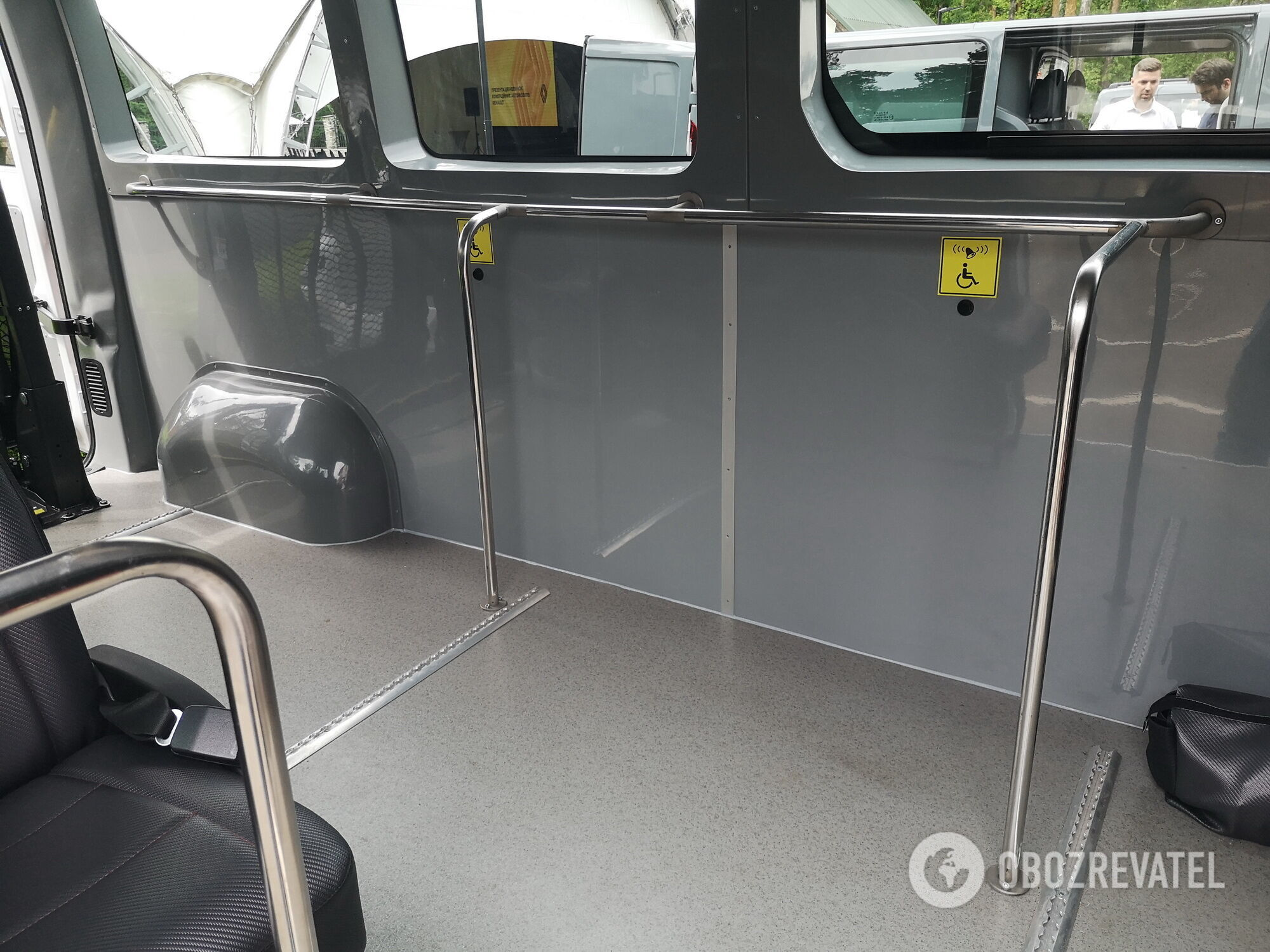 Просторный салон предоставляет достаточно места для перевозки людей на колясках и их сопровождающих