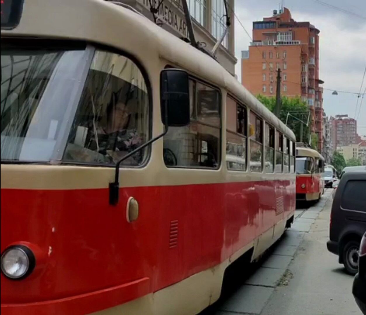Из-за автомобиля сбился график движения трамваев № 15, 18.