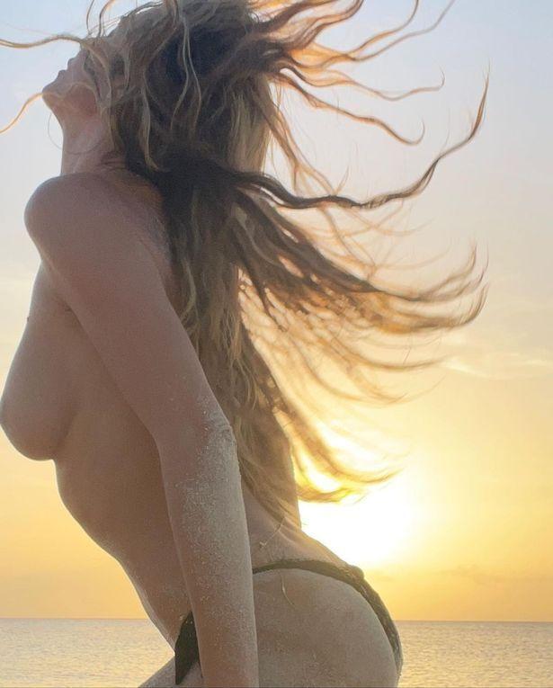 Клум разделась на пляже
