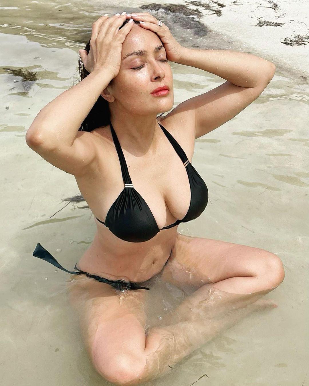 Сальма Хайек позирует в купальнике
