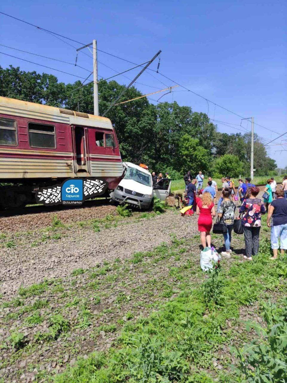 Під Харковом поїзд збив мікроавтобус