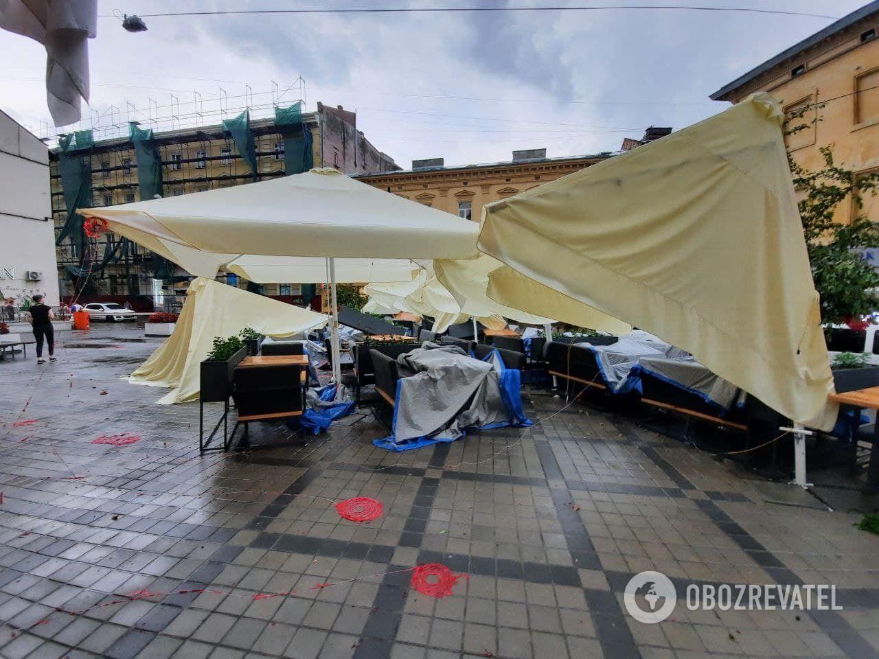 Стихия повалила зонты ресторана.
