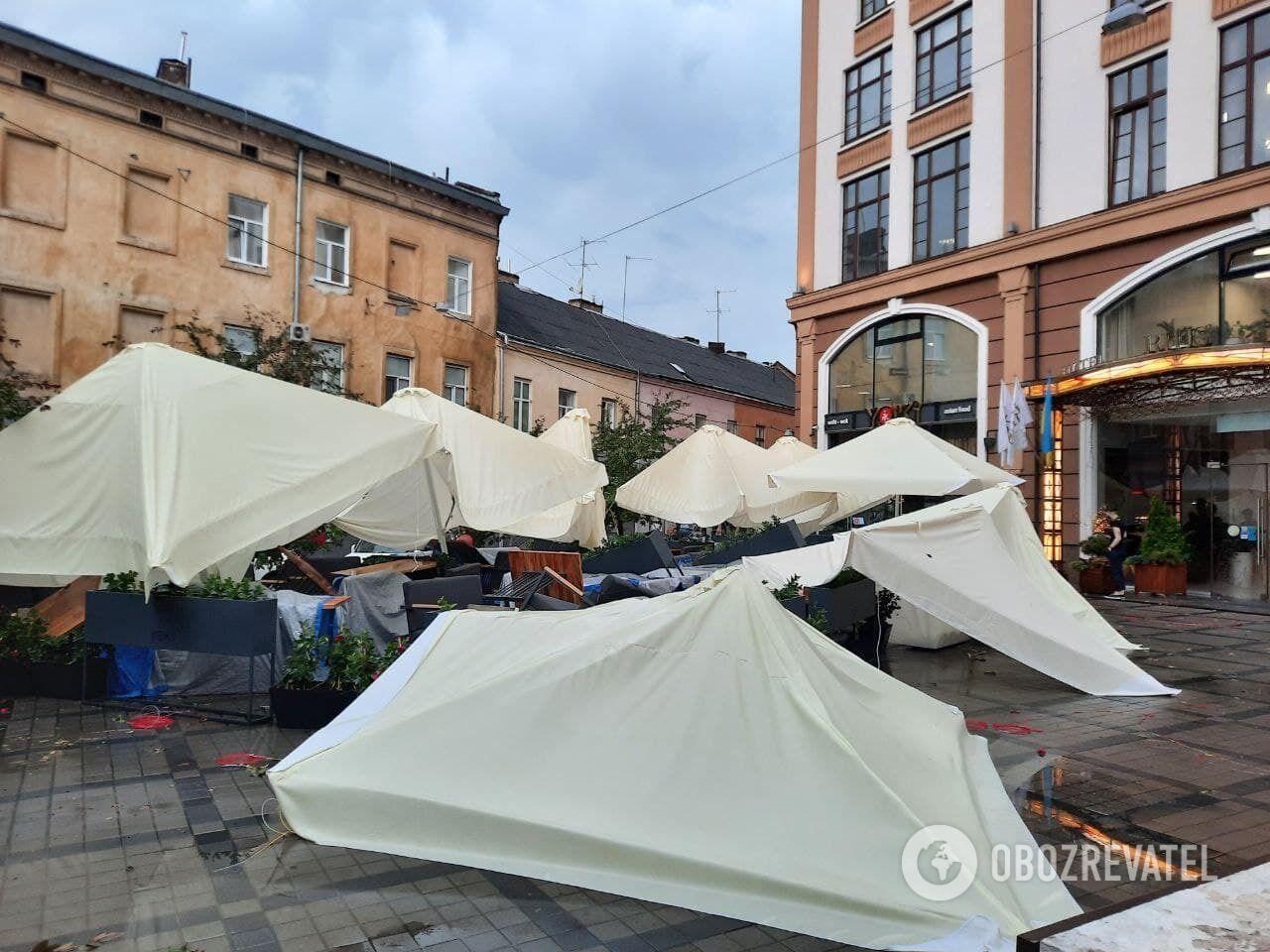 Разрушения из-за бури во Львове.