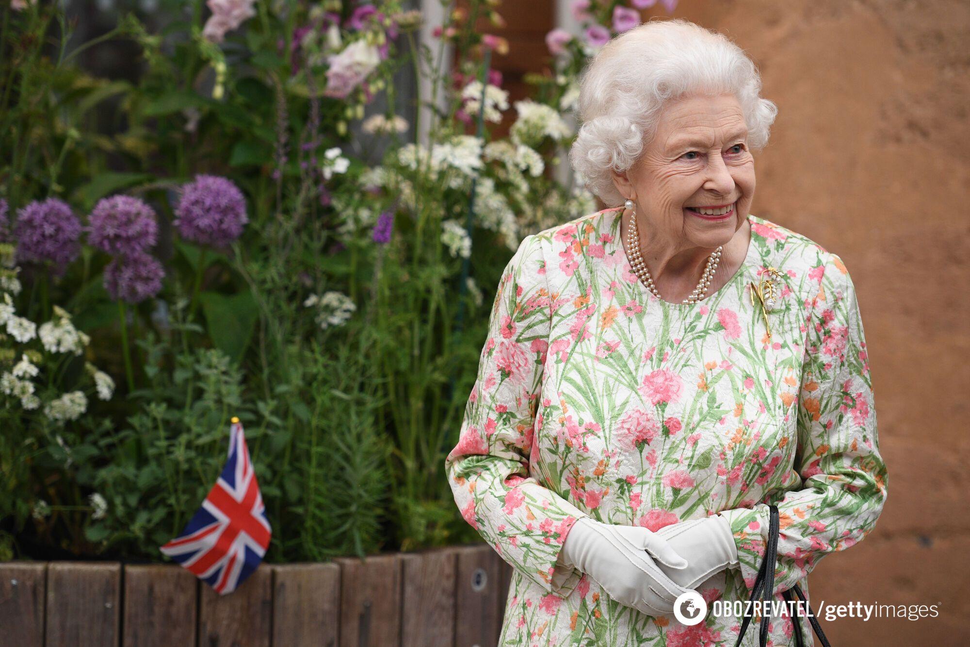Єлизавета II в яскравому вбранні.