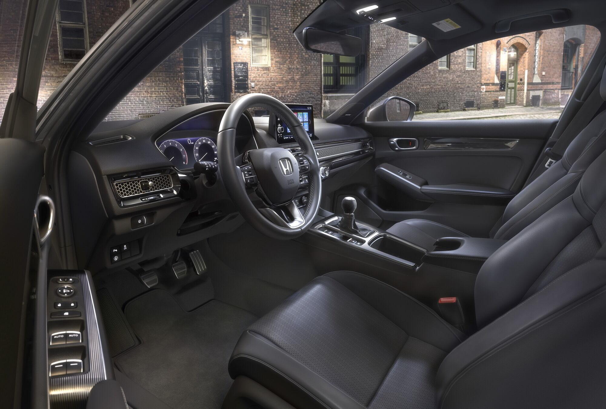 За оформленням інтер'єру і оснащення Civic Hatchback ідентичний седану