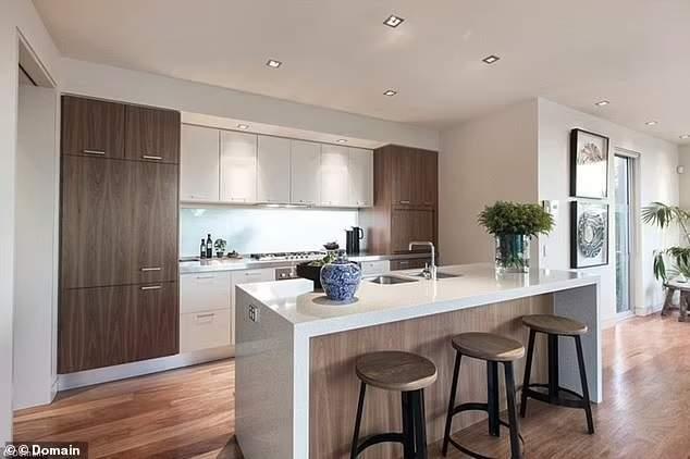 В кухне преобладают светлые оттенки и элементы из дерева