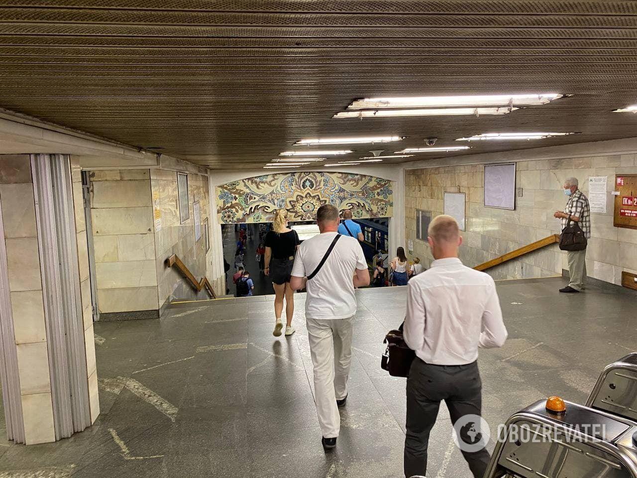 На станціях метро збираються натовпи людей.