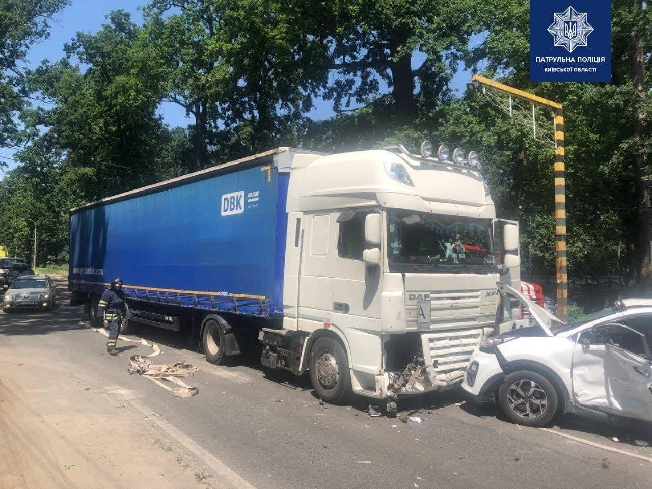 В Буче произошла авария с участием фуры и внедорожника.
