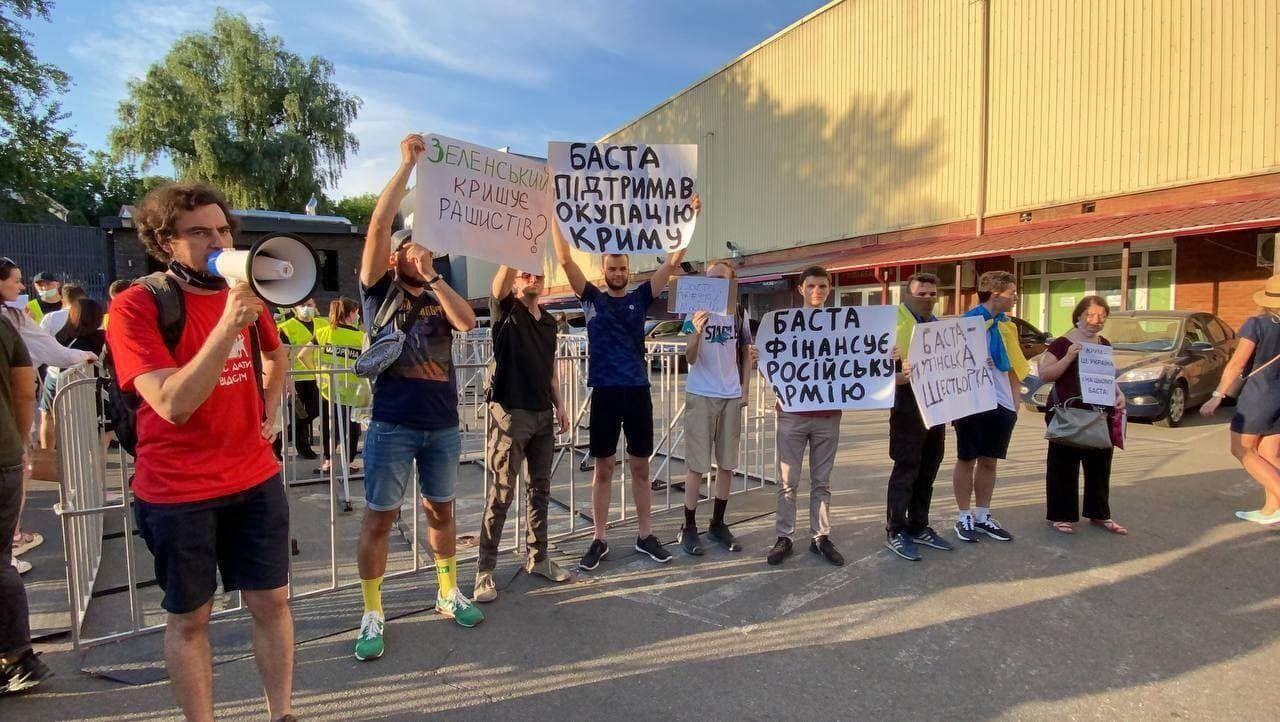 Активісти прийшли з плакатами