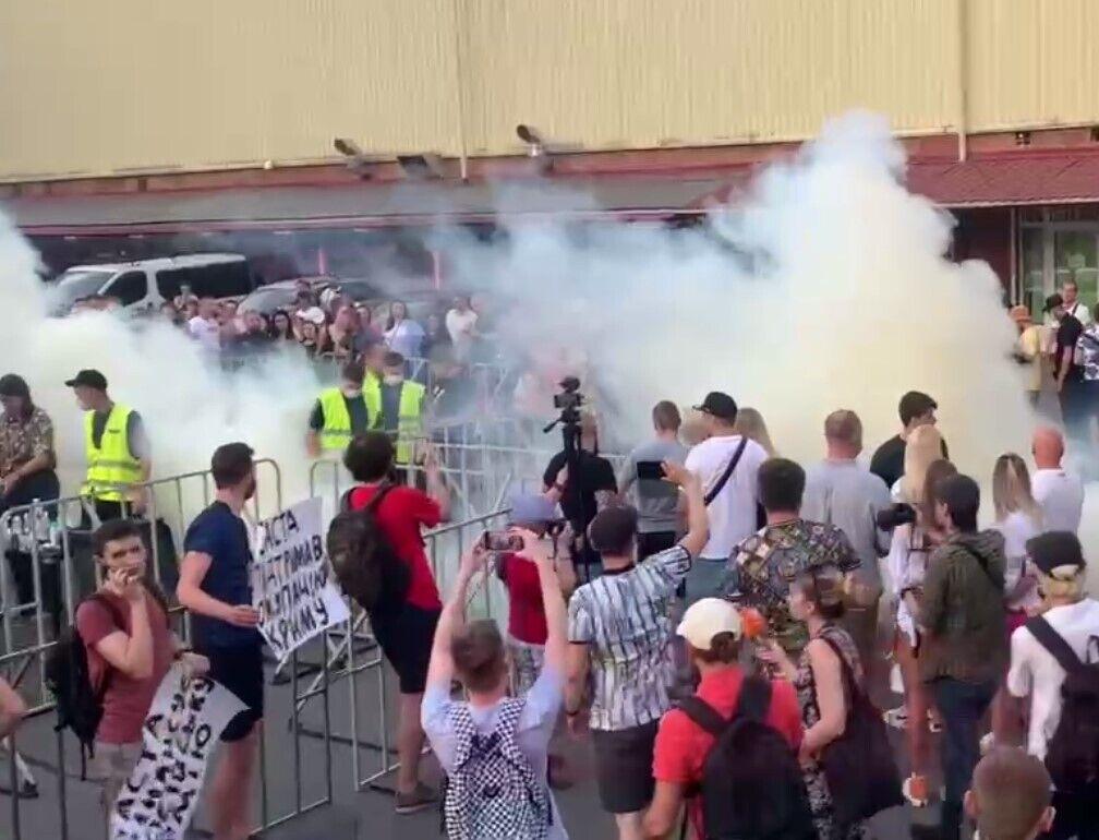 Активісти кинули димові шашки