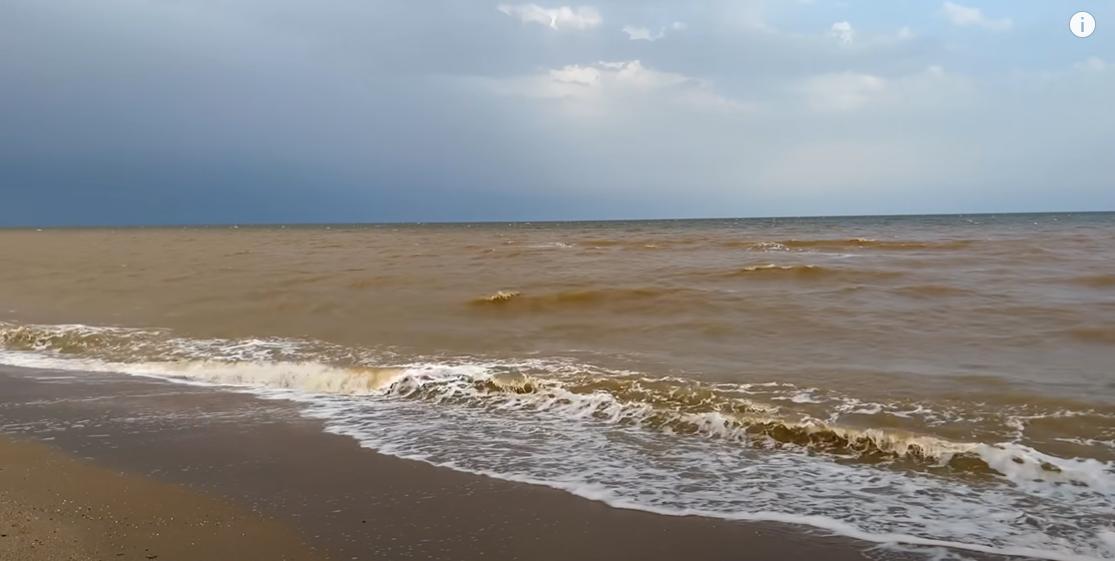 Море стало рудого кольору