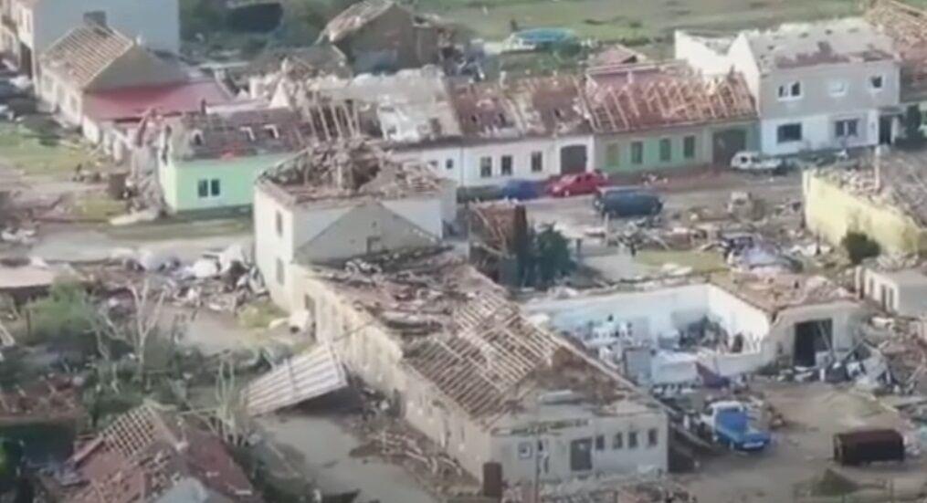 Последствия торнадо в Чехии.