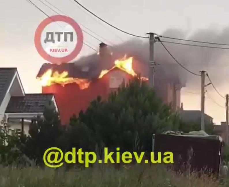 Під Києвом у будинку загорівся дах