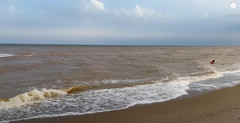 Море набуло рудого відтінку