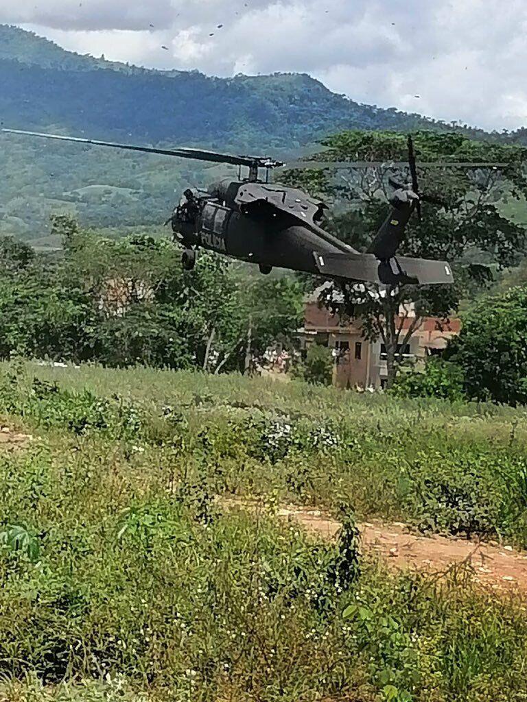 По вертолету стреляли шесть раз