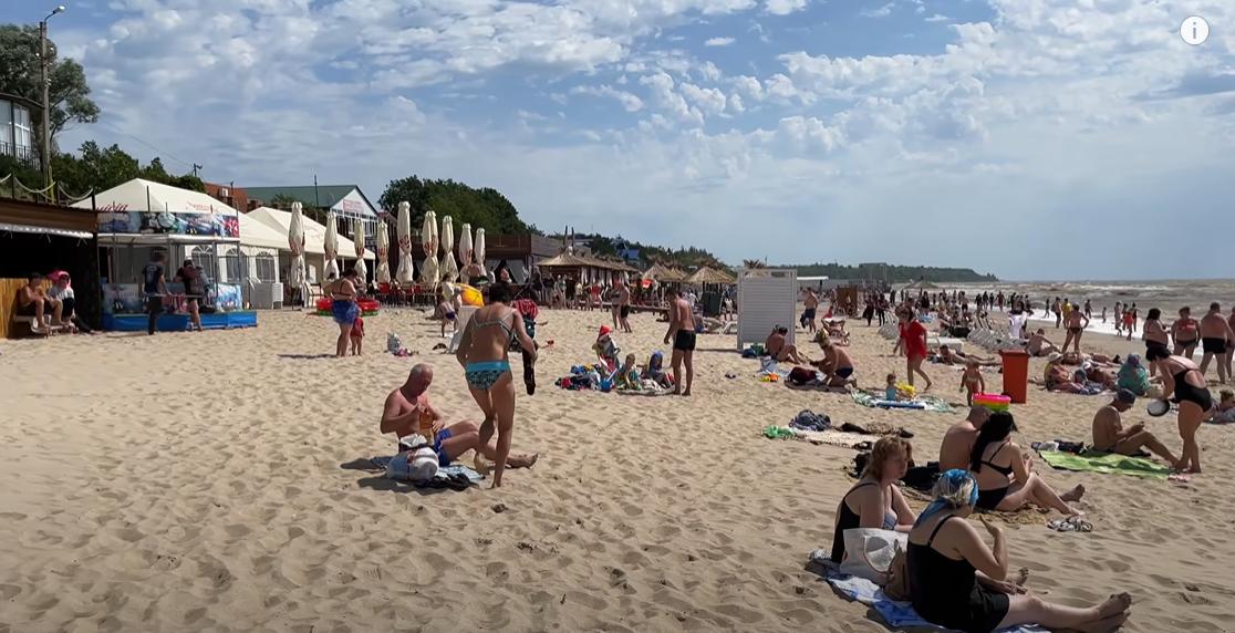 Людей на пляжі дуже багато