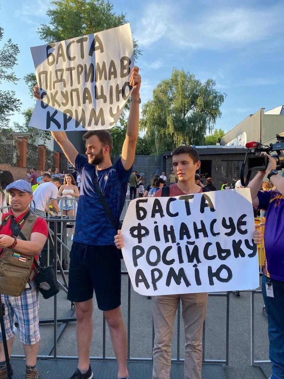 Активісти з плакатами стояли біля входу концерт-холу