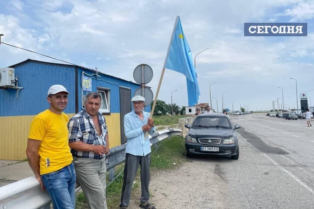 На границе развернули крымскотатарский флаг