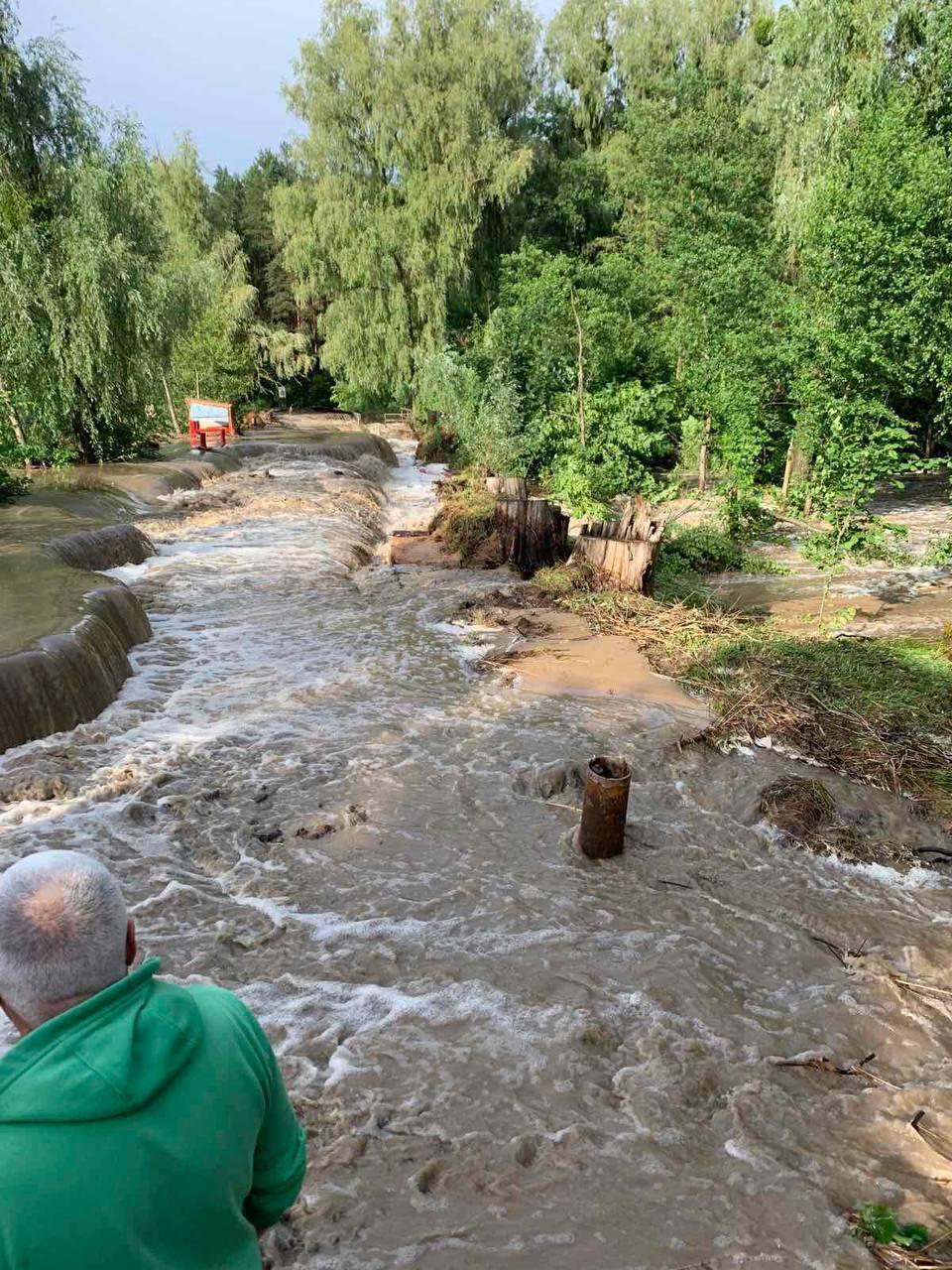 На Киевщине прорвало дамбу.