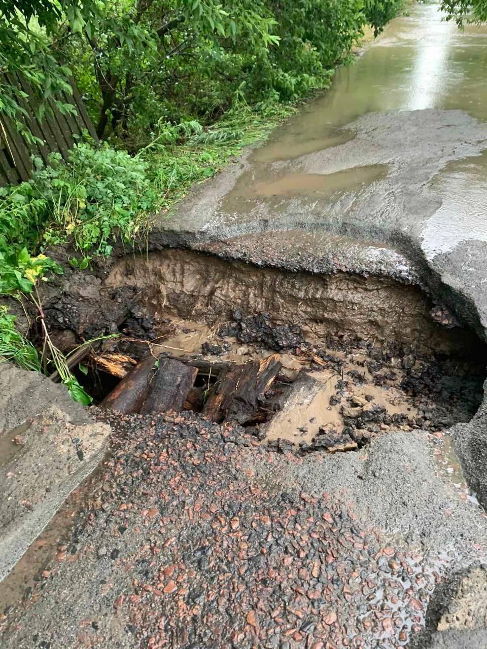На Киевщине размыло дороги.