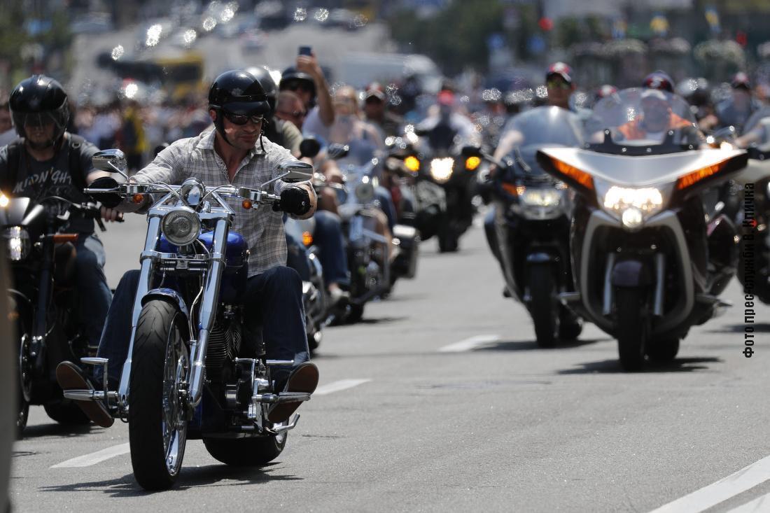 Кличко на мотоцикле во главе колонны байкеров