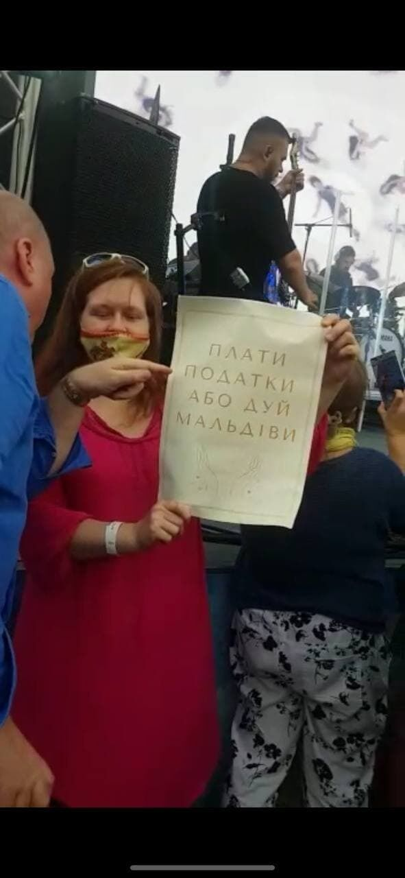 Мітингувальники тримають у руках плакати.