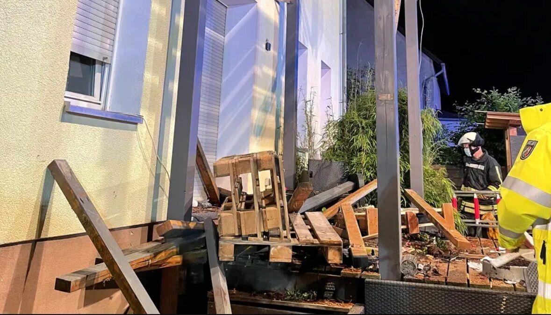 В Германии рухнул балкон с людьми.