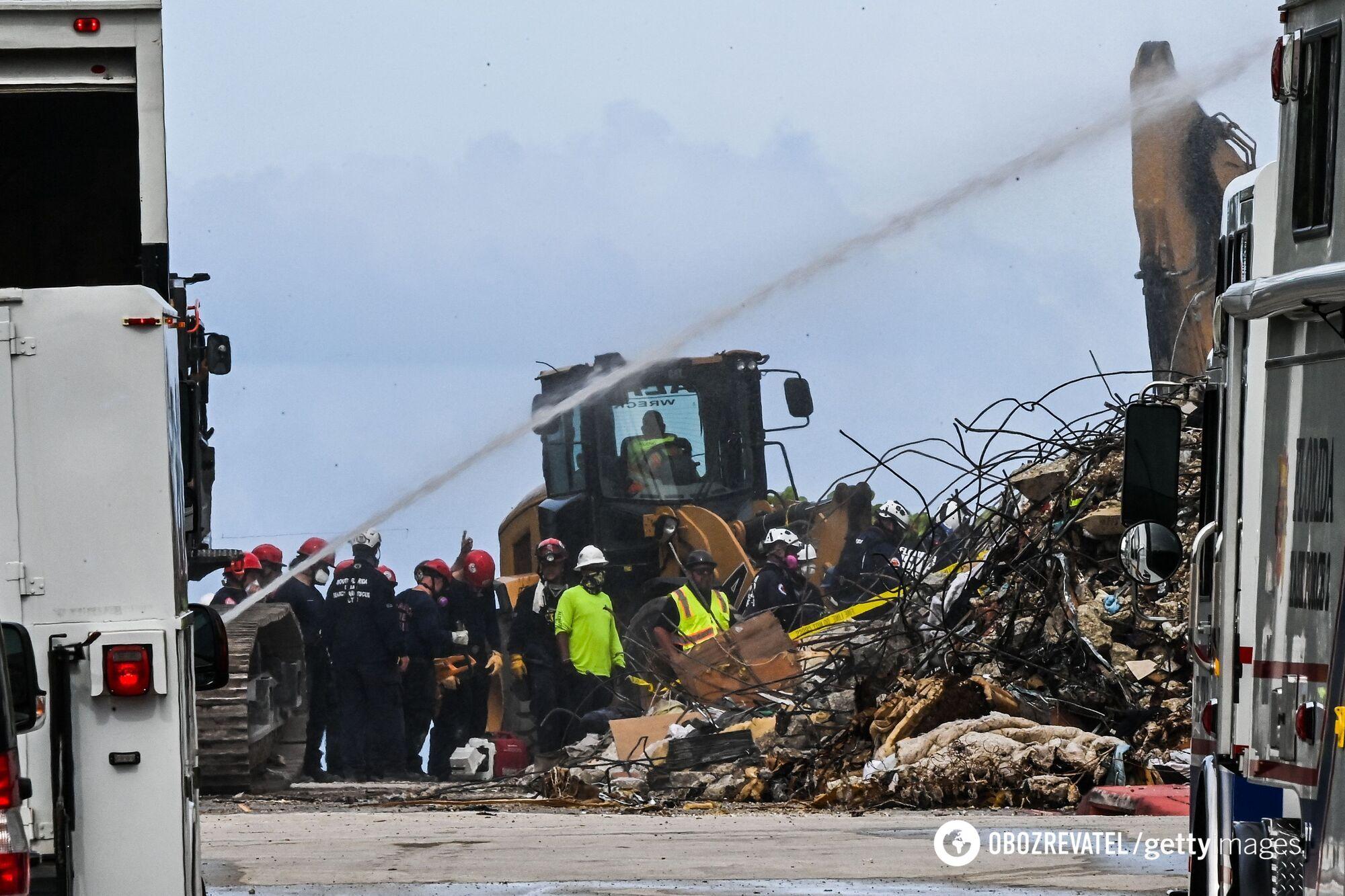 Спасатели на месте обрушения дома