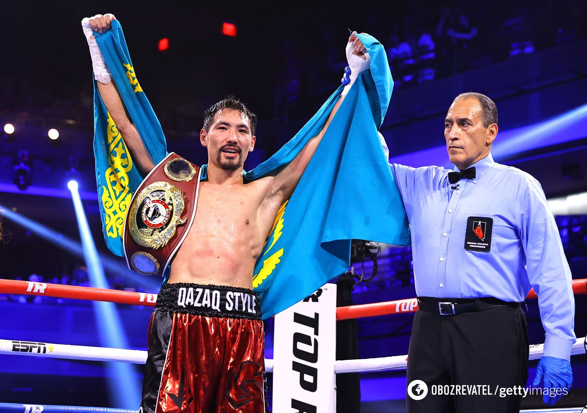 Жанібек Алімханули з прапором Казахстану
