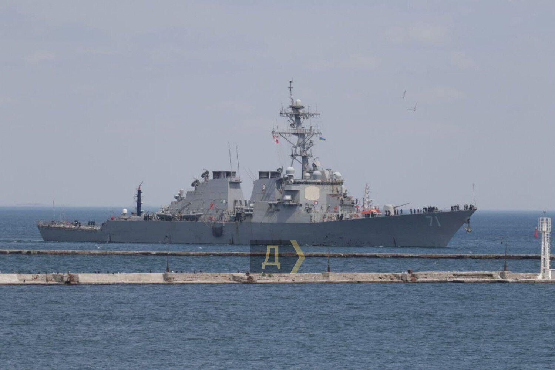 Корабль пришвартовался в одесском порту.