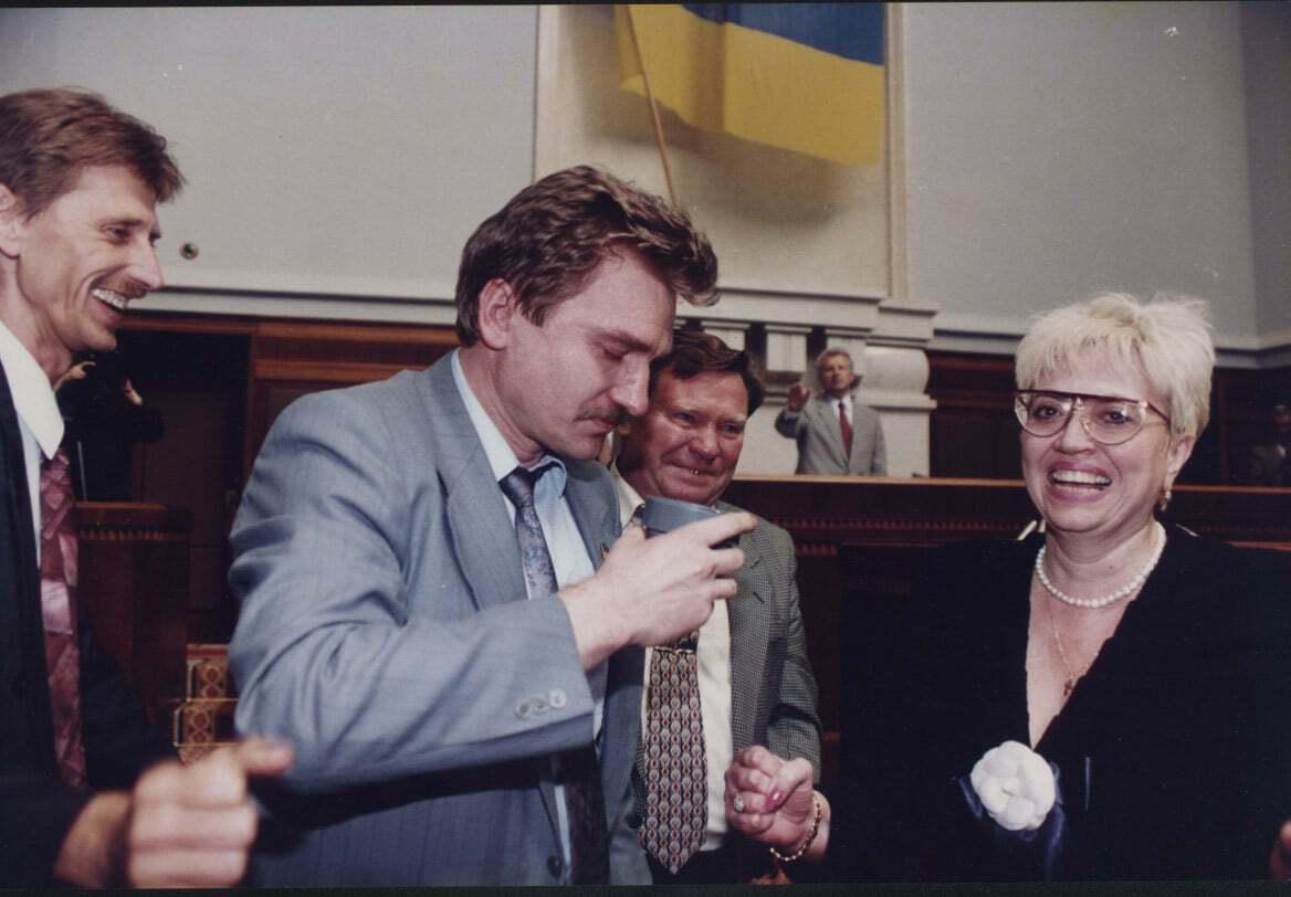 Депутаты плакали от счастья и пили из чашек шампанское