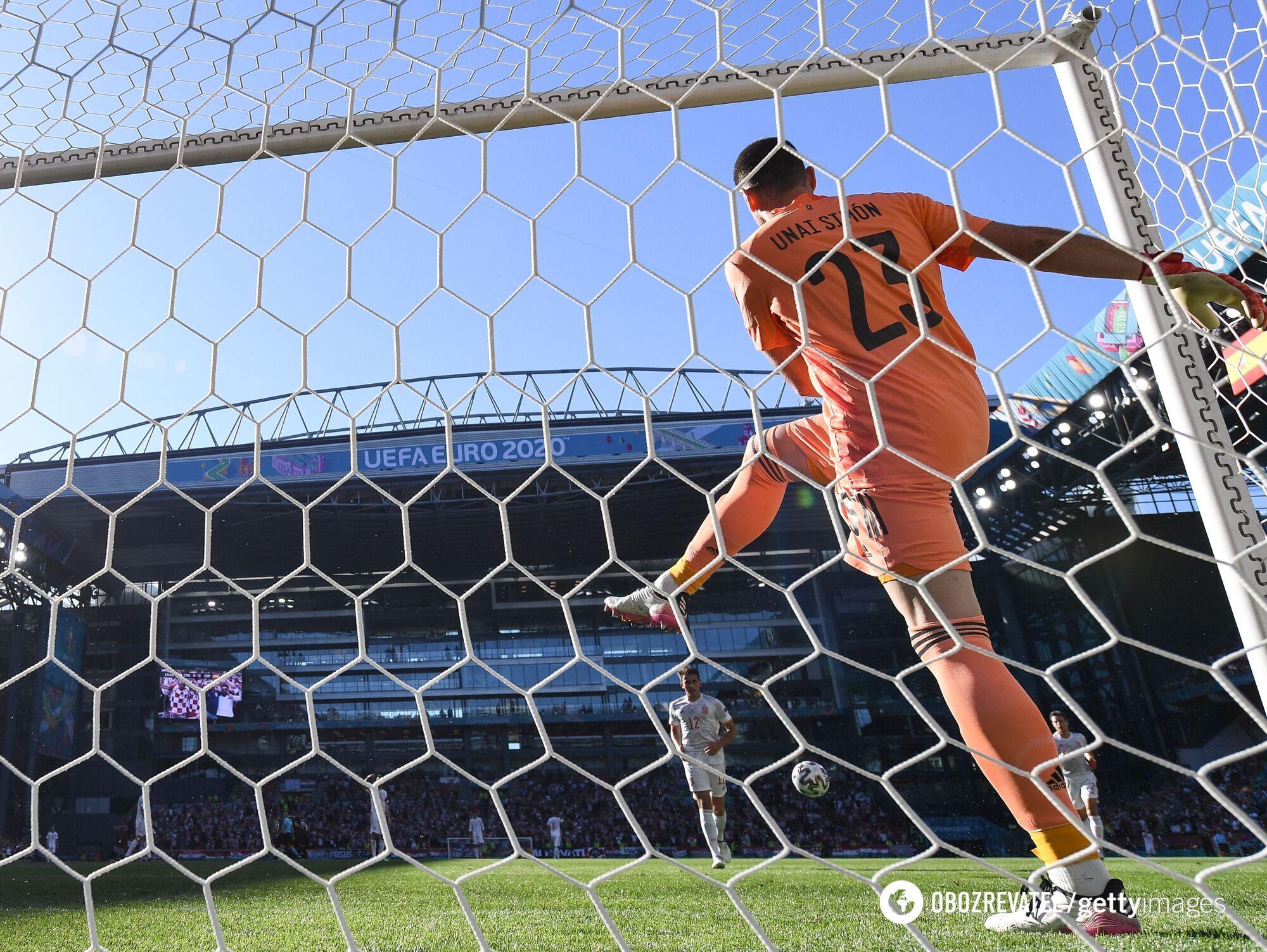 Унай Симон выносит мяч из ворот.