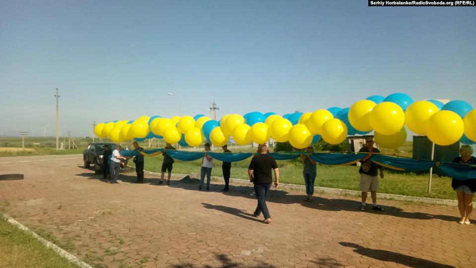В небо над Крымским полуостровом запустили крымскотатарский флаг