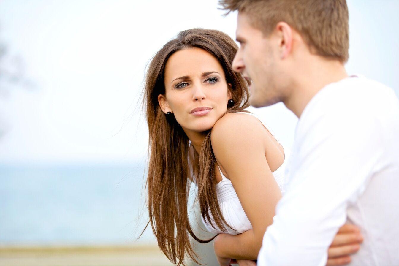 Парень и девушка на прогулке