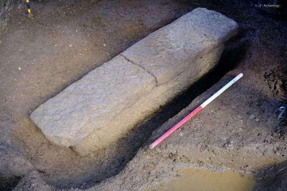 Археологи обнаружили каменный саркофаг в Великобритании