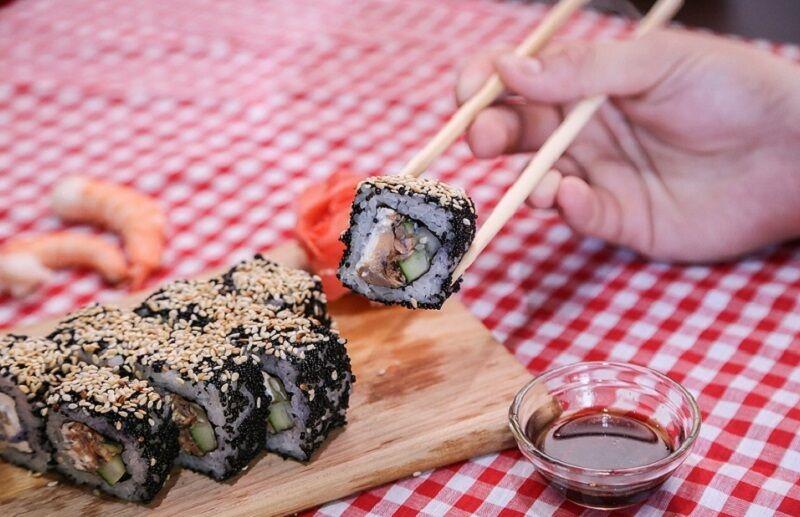 Суши из сырой рыбы опасно есть из-за возможности отравиться