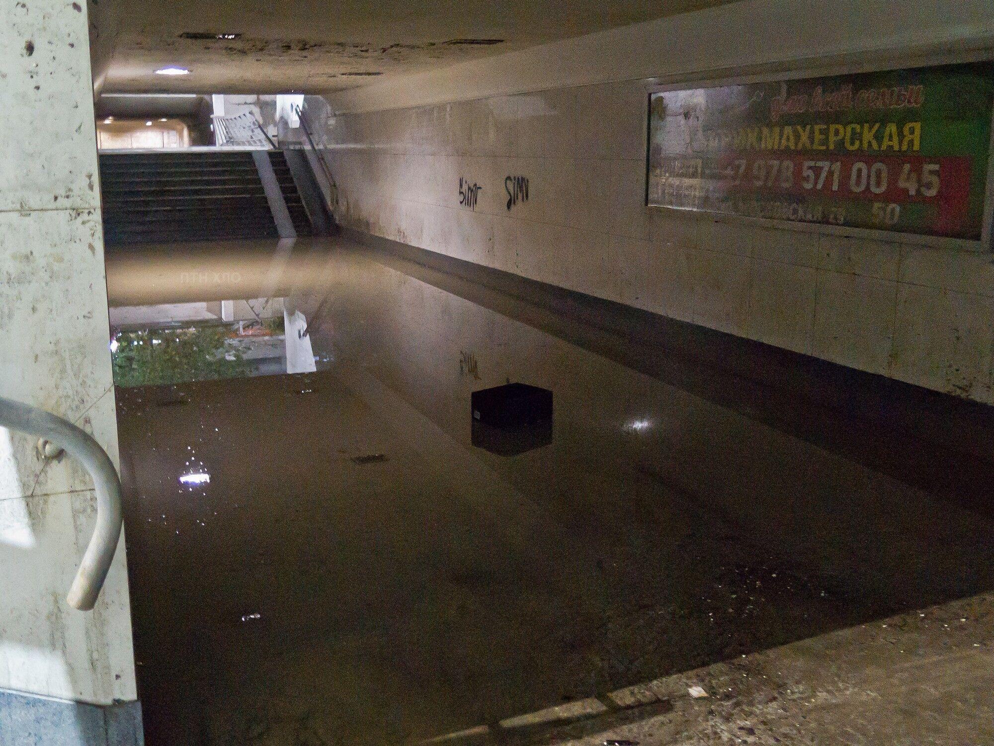 """И """"московская"""" часть подземного перехода к центральному рынку продолжает напоминать олимпийский бассейн. Под """"киевской"""" частью перехода сухо."""