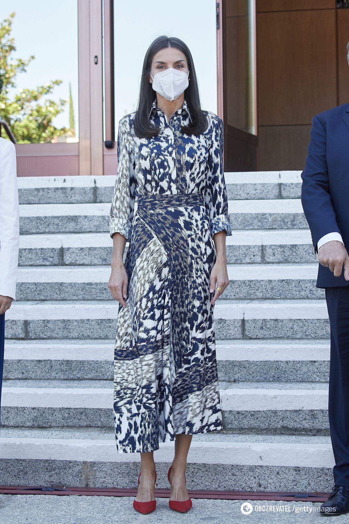 Свій аутфіт королева Іспанії доповнила замшевими туфлями-човниками